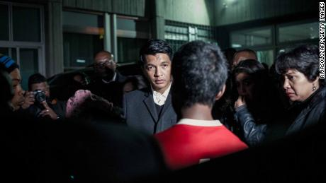 Presidentr Andry Rajoelina (C) talks with families of victims at the hospital.