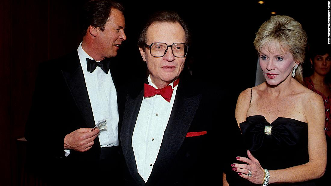 King and his wife, Julie, leave the White House Correspondents' Dinner in 1990. At left is ABC News anchorman Peter Jennings.