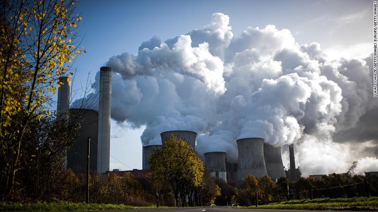 O vapor sobe de uma usina a carvão na Alemanha.