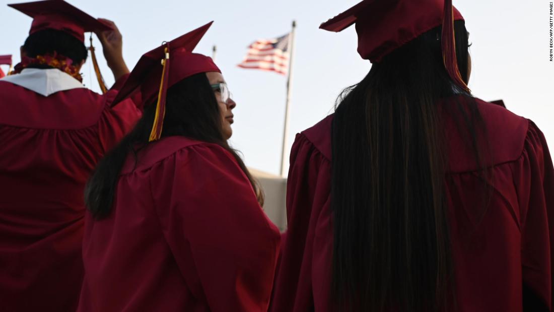 Die Studenten Darlehen Schulden über $1,6 Billionen und kaum jemand kann es sich leisten, Sie zu bezahlen, nach unten