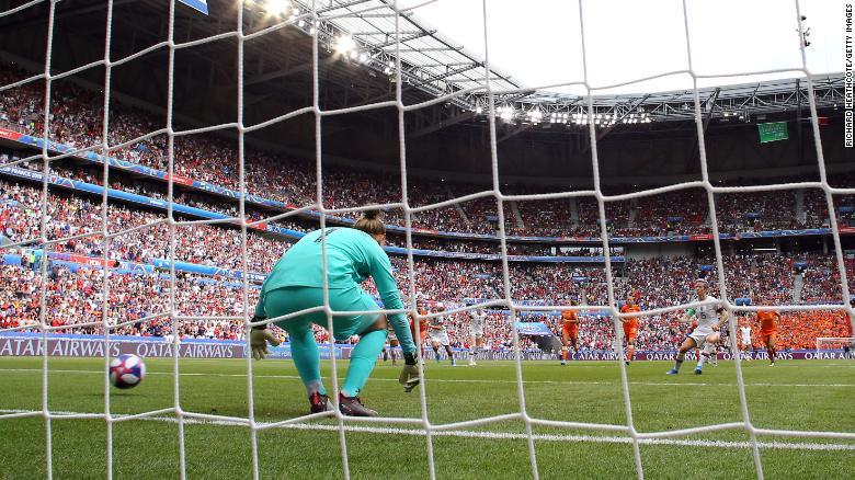 Megan Rapinoe从荷兰Sari Van Veenendaal的罚球点开始了她的球队的第一个进球。
