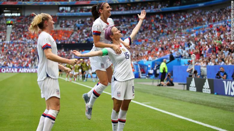 美国的Megan Rapinoe于7月7日在法国里昂举行的2019年FIFA女足世界杯法国决赛期间,与队友亚历克斯·摩根和萨曼莎·梅维斯一同庆祝她的球队首次进球。