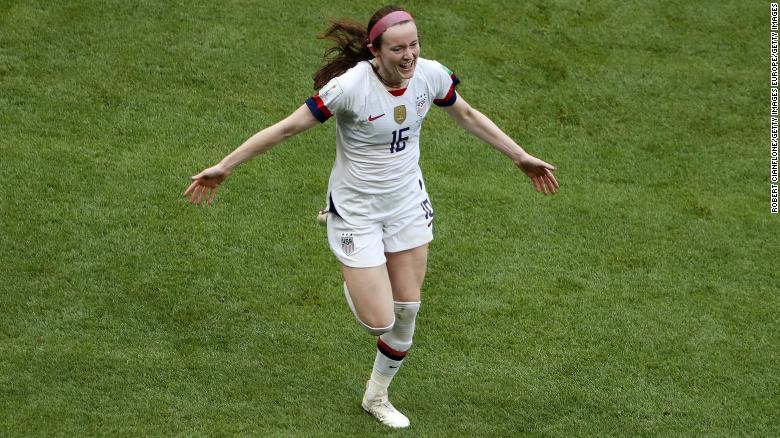 美国队的Rose Lavelle在美国和荷兰队的比赛中为球队的第二个进球得分后庆祝。