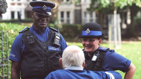 """Police in England work to help the elderly surmount """"social barriers"""""""