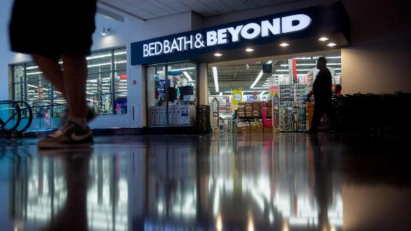 Shoppers walk past a Bed Bath & Beyond Inc. store in Washington, D.C., U.S., on Friday, Sept. 18, 2015. Bed Bath & Beyond Inc. is scheduled to release earnings figures on Sept. 24. Photographer: Andrew Harrer/Bloomberg via Getty Images