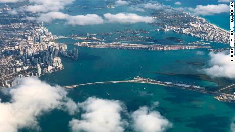 Downtown Miami ve South Beach'in bir uçaktan görünümü geçmişin okyanus kıyısındaki gelişimini göstermektedir.
