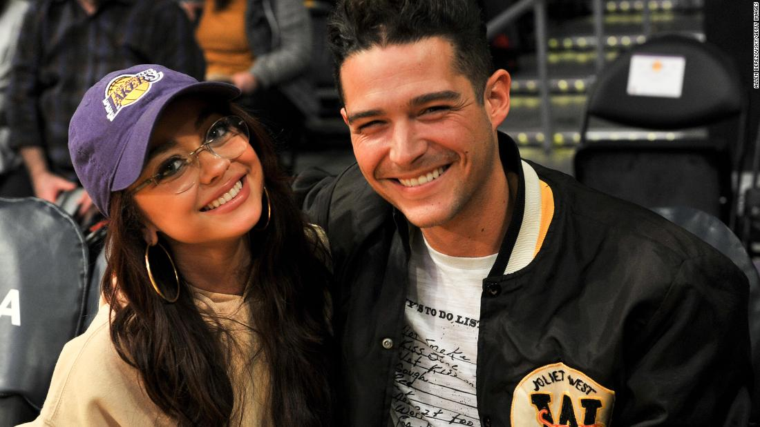 'Modern Family' star Sarah Hyland and 'Bachelorette' contestant Wells Adams are engaged
