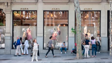 SPAIN - 2019/05/25: Spanish multinational clothing design retail company by Inditex, Zara, store seen in Madrid. (Photo by Budrul Chukrut/SOPA Images/LightRocket via Getty Images)