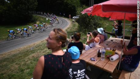 Les fans acclament les coureurs du bord de la route entre Albi et Toulouse lors de la tournée de l'année dernière.