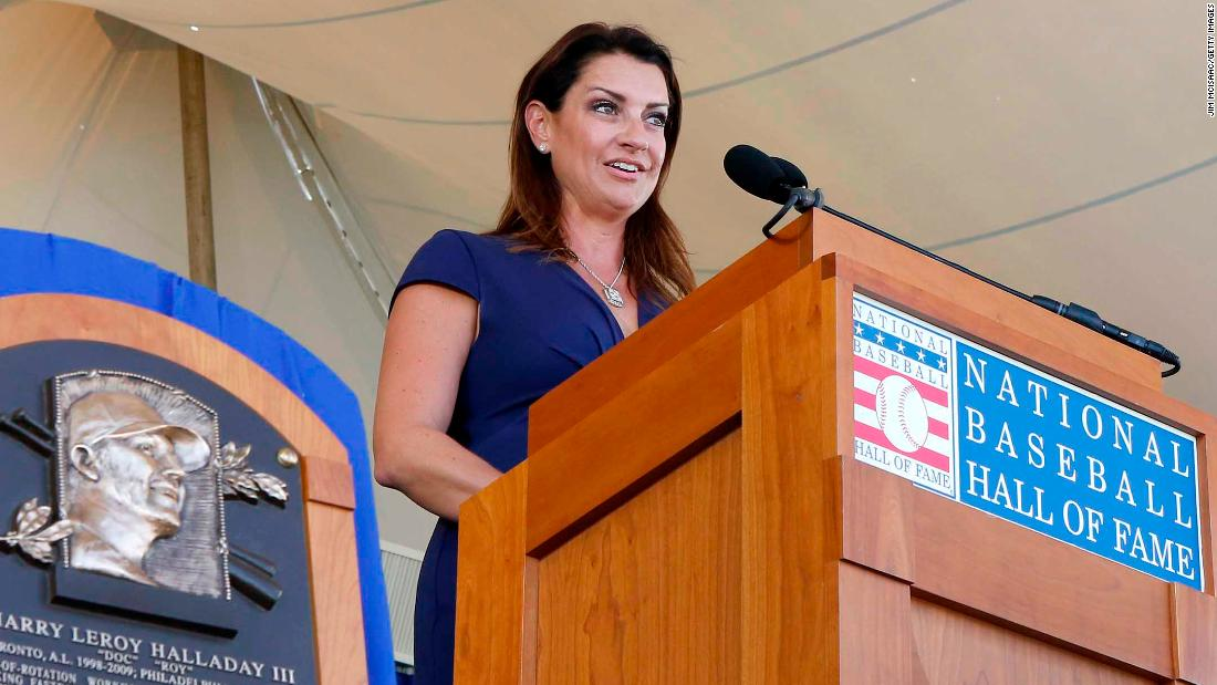 Brandy Halladay gives emotional Hall of Fame induction speech for her late husband Roy Halladay - CNN