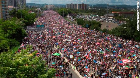 An aerial view of a drone showing thousands of people filling the Expreso Las Américas highway in San Juan.