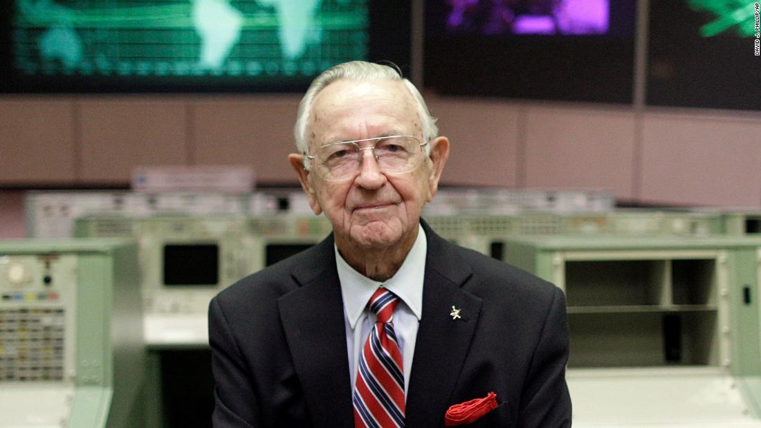 Chris Kraft, NASA's first flight director, dies at 95