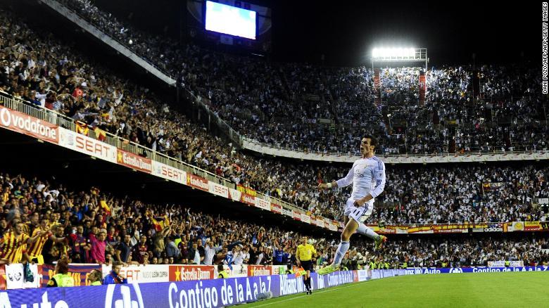 Gareth Bale mencetak gol kemenangan yang menakjubkan untuk mengalahkan Barcelona di final Copa del Rey 2014.