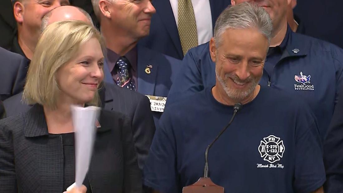 Jon Stewart να παίρνει συναισθηματική μετά την 9/11 νομοσχέδιο περάσει