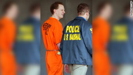 Dustin Honken is led by US Marshals from the federal building in Sioux City, Iowa, on October 27, 2004. 19659016 ] Dustin Honken was led by American marshals at the federal building in Sioux City, Iowa, on October 27, 2004