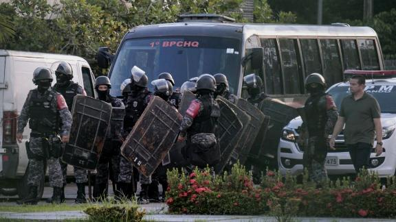 Brazilian riot police prepare to invade the Puraquequara Prison facility at Bela Vista community, Puraquequara neighborhood at the city of Manaus, Amazonas state on May 27, 2019. - At least 40 inmates were killed in four jails in northern Brazil on Monday, authorities said, in the latest wave of violence to rock the country