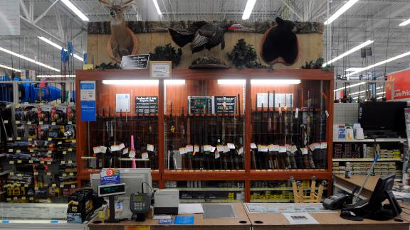 """USA, Virginia, Augusta County, Supermarkt, Walmart, Waffen, Waffenabteilung, Waffengesetze, Waffenrecht, Jagdabteilung, Jagd, Waffenverkauf, Theke, 20.04.2012Walmart hunting department.""""The Spring Gobbler"""" turkey hunting season in Augusta County, Virginia with Max Rowe, 42, of the Cable TV hunting programme """"Just Kill"""