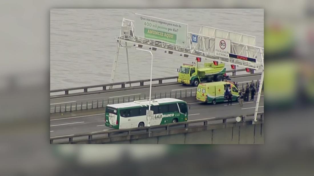 Bus full of passengers hijacked on Rio de Janeiro bridge