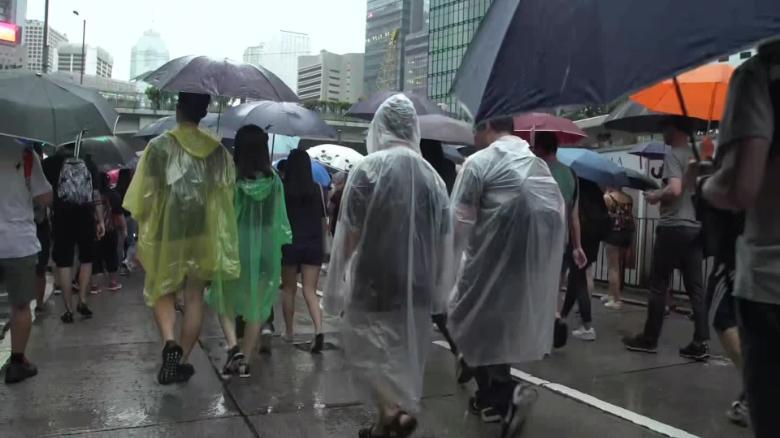 Hong Kong: British consulate employee Simon Cheng detained in China