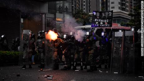 The tear gas police in Ceun Wan in Hong Kong on August 25, 2019 opposition to a planned extradition law, which has since become a broader call for democratic rights in a semi-autonomous city. - The protesters gathered at a sports stadium as Hong Kong prepared for more anti-government rallies, a day after the clashes returned to the city streets after a few days of relative calm. (Photo by Lillian SUWANRUMPHA / AFP) (Photo credit to be read by LILLIAN SUWANRUMPHA / AFP / Getty Images)