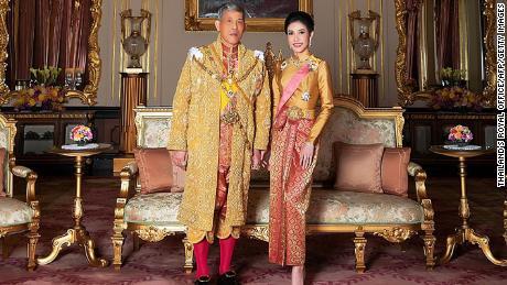 Thailand & # 39; s Royal Office released photos on August 26, 2019 of King Maha Vajiralongkorn with royal nobility consort Sineenat Wongvajirapakdi.