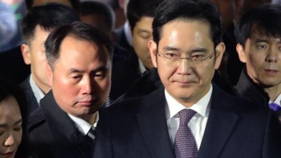 SEOUL, SOUTH KOREA - JANUARY 18:  Lee Jae-Yong, vice chairman of Samsung, arrives at the Seoul Central District Court on January 18, 2017 in Seoul, South Korea. An arrest warrant for issued for Lee, Samsung's de facto leader, on charges of bribery in connection with the scandal that has led to President Park Geun-hye's impeachment.  (Photo by Chung Sung-Jun/Getty Images)
