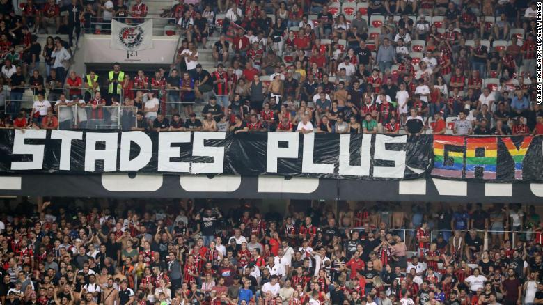 Agradáveis torcedores ostentaram vários banners no jogo com o Marselha.