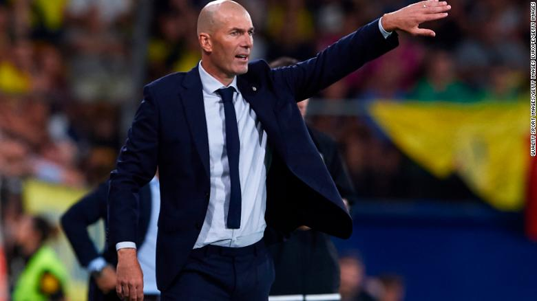 Real MAdrid manager Zinedine Zidane gives instructions to his players. Hostilities between Bale and himself seem to have cooled.