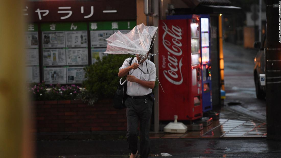 Japan-Taifun hinterlässt Tausende gestrandet auf dem Flughafen