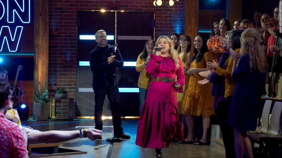 Steve Carell helped Kelly Clarkson start her talk show with an epic homage
