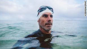 长途游泳者潜入太平洋大垃圾场