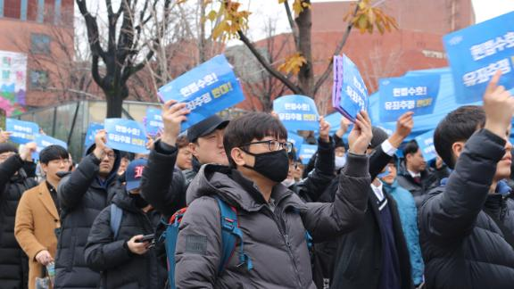 Protesters demand fair trials for men accused of sexual assault at an anti-feminist rally in Seoul, November 2018.