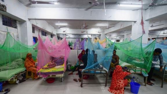 Bangladeshi patients suffering from dengue fever receive treatment at the Shaheed Suhrawardy Medical College and Hospital in Dhaka on September 3, 2019.