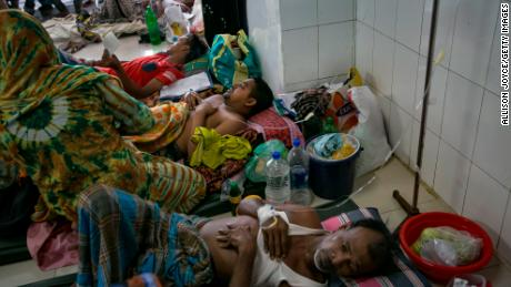 Bangladesh dengue patients are resting on the floor of a hospital in Dhaka.