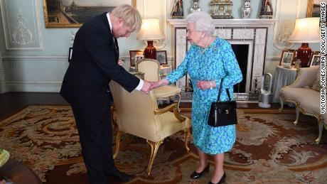 La regina Elisabetta II accoglie l'allora eletto leader dei conservatori a Buckingham Palace il 24 luglio 2019, Boris Johnson.