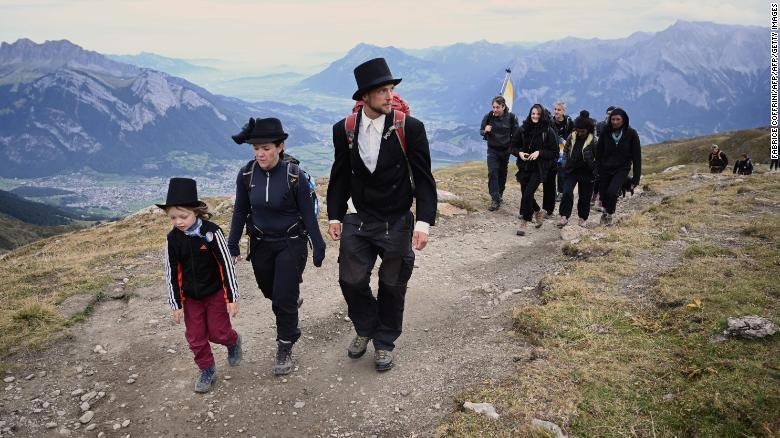 Ratusan Orang Gelar 'Pemakaman' untuk Gletser yang Mencair di Alpen