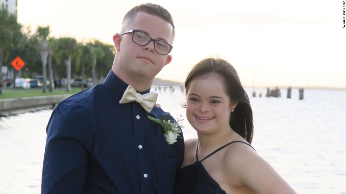 Ένας έφηβος έκπληξη της ζωής του καλύτερος φίλος με τον χορό πρόσκληση. Όλο το σχολείο επευφημούσαν