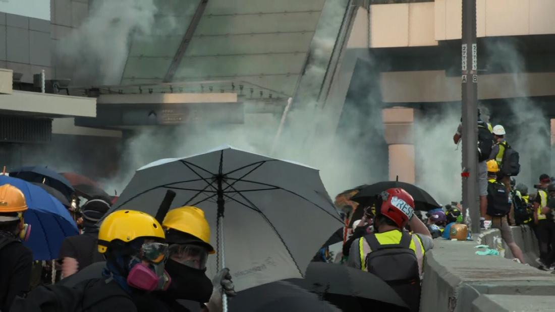 Watch polisi tembakan gas air mata pada pengunjuk rasa