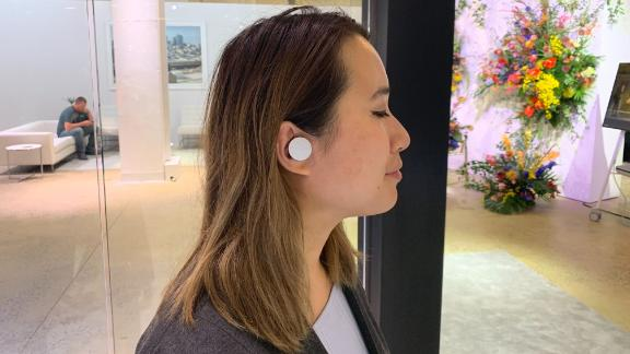 CNN Business' Shannon Liao tries on Microsoft's new Surface Earbuds.