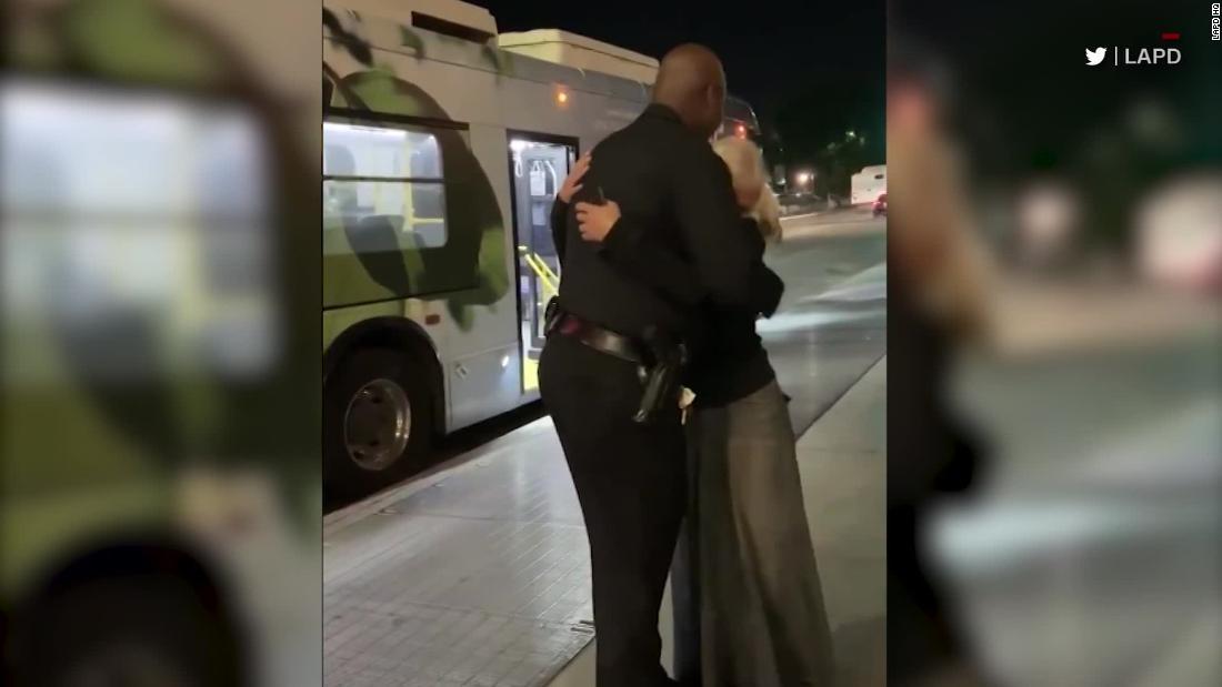 Μετρό τραγουδιστής συναντά αστυνομικός από ιογενή βίντεο