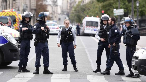 Police block the street after three persons have been hurt in a knife attack at Paris prefecture de police (police headquarters) on October 3, 2019. (Photo by Martin BUREAU / AFP) (Photo by MARTIN BUREAU/AFP via Getty Images)