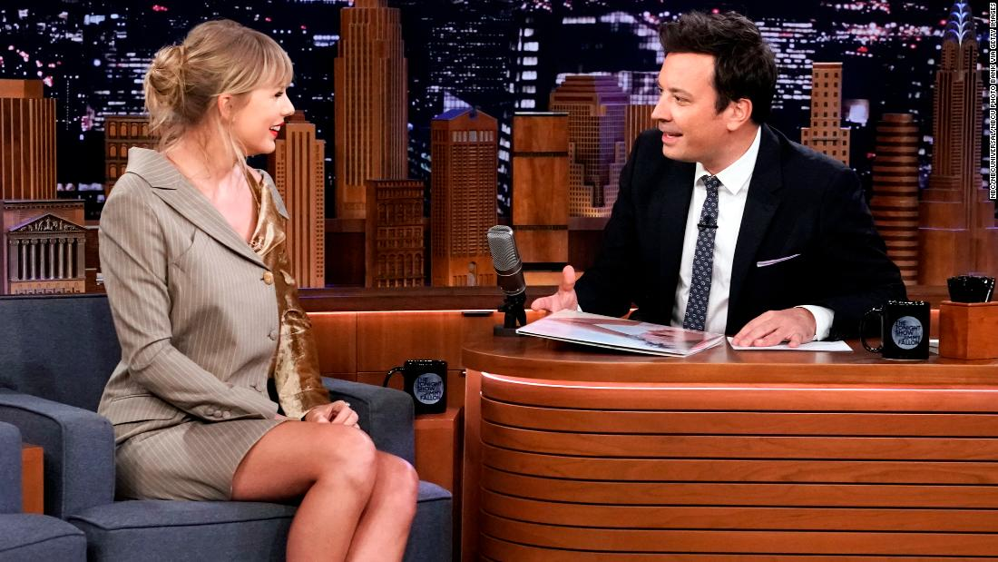 Post-surgery Taylor Swift nearly has meltdown over a banana in video her mom recorded