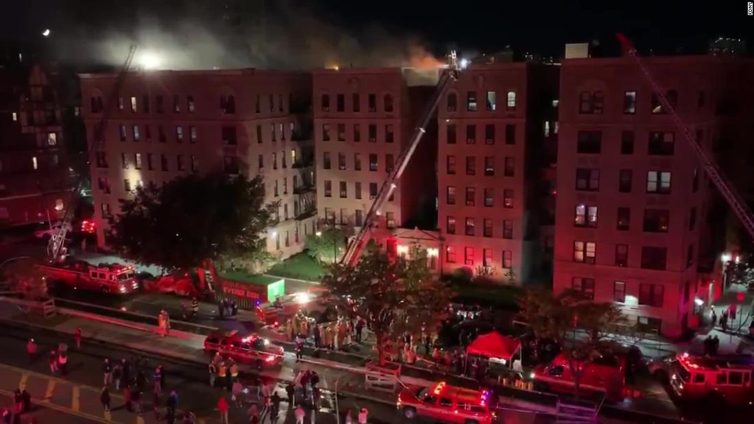 10 terluka, termasuk 9 petugas pemadam kebakaran, di New York City apartment api
