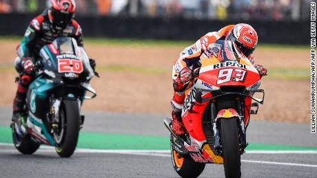 It's a thrilling finish to Thailand MotoGP as Spain's Marc Marquez holds off Fabio Quartararo of France after the two had battled it out for victory in the closing laps.