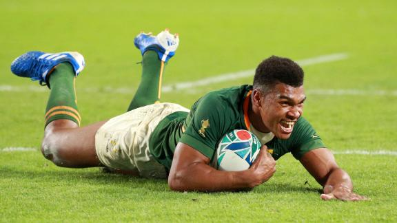 Damian Willemse of South Africa scores his team's ninth try at the Kobe Misaki Stadium.