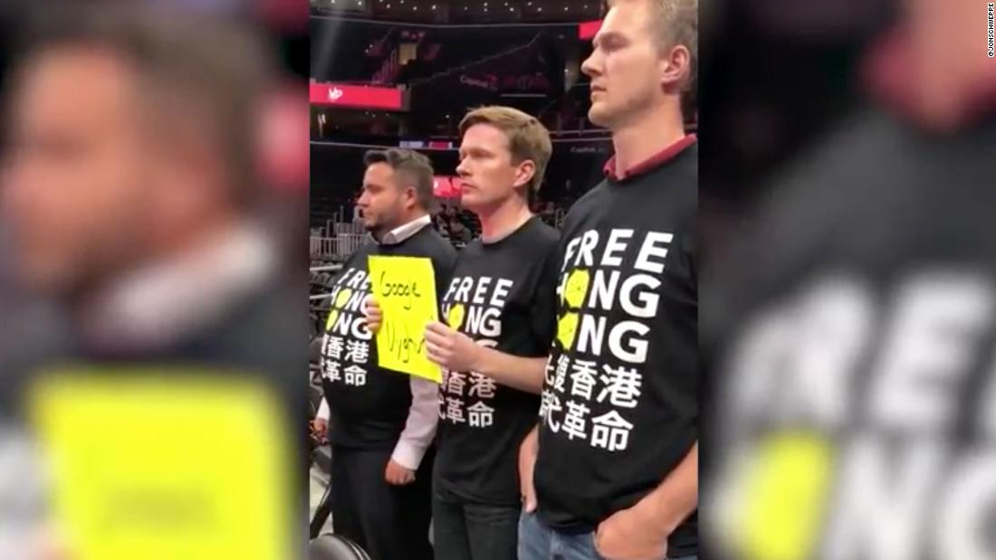 Pro-Hong Kong tanda-tanda yang disita di Washington Penyihir permainan