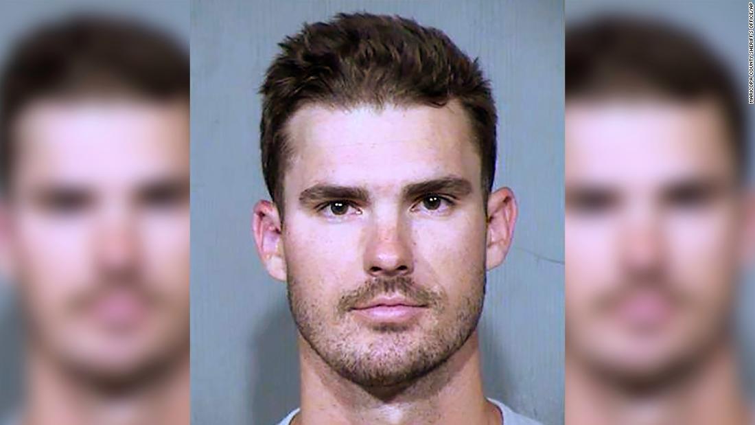 MLB pitcher ditendang, menyetrum dan ditangkap setelah diduga merangkak meskipun doggy-pintu rumah orang asing
