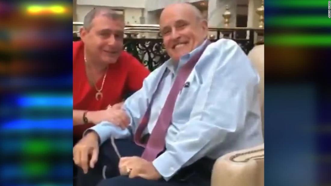 Video menunjukkan Rudy Giuliani dengan rekannya ditangkap