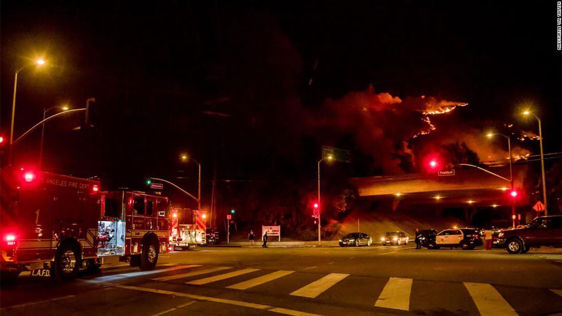 荒wildfireスキップ二つの高速道路はロサンゼルスとして消防士のレースに保存住宅