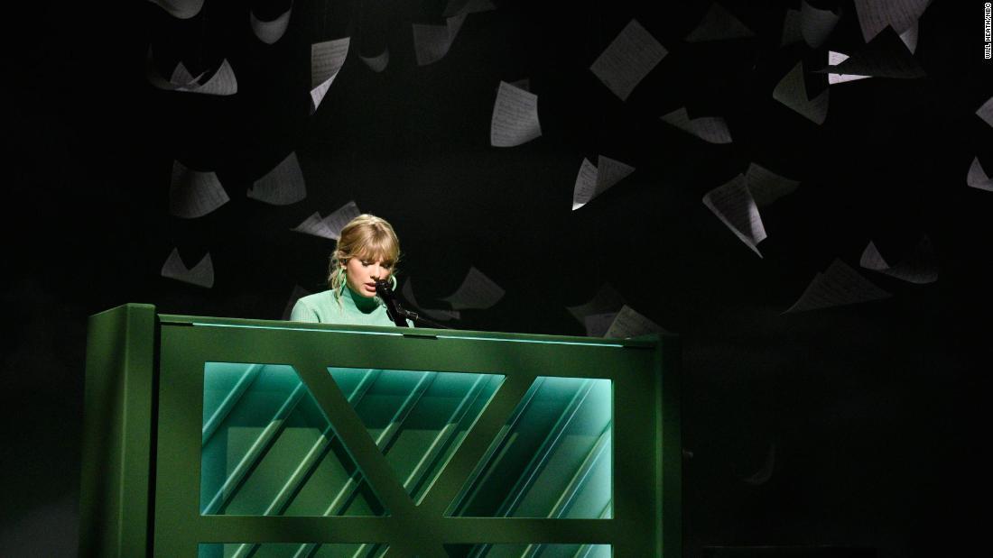 Taylor Swift beiläufig kündigt einem kleinen Konzert